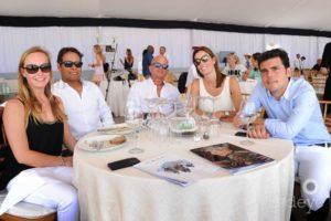 Sergio Álvarez con los esposos Mirabal Chapellín y amigos