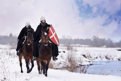 Caballeros medievales cabalgando
