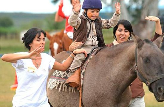 Mujeres Niño Caballo Equinoterapia
