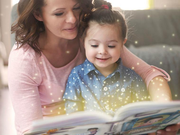 Madre leyendo a su hija - El Día Internacional del Libro