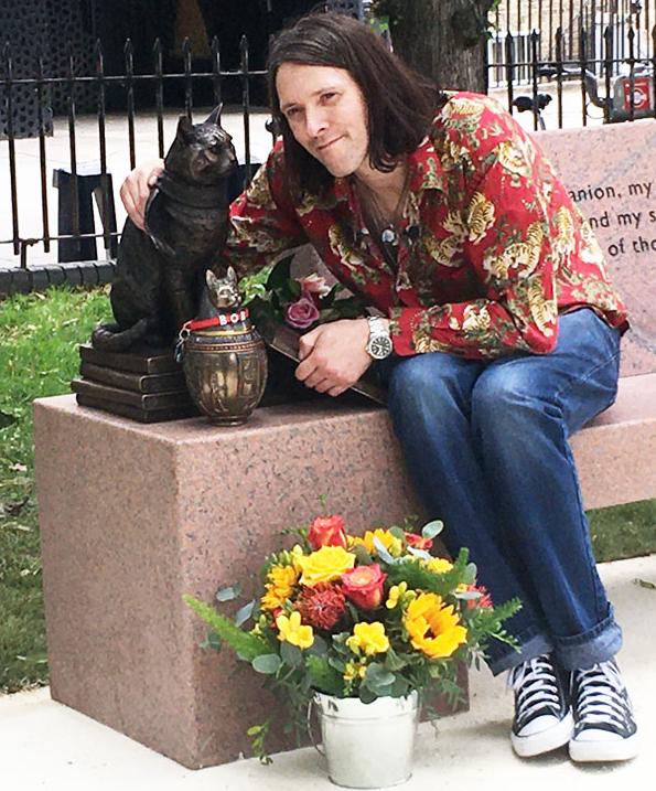 Estatua de bronce en honor al gato Bob